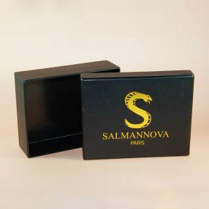 siyah takı ve ürün kutusu